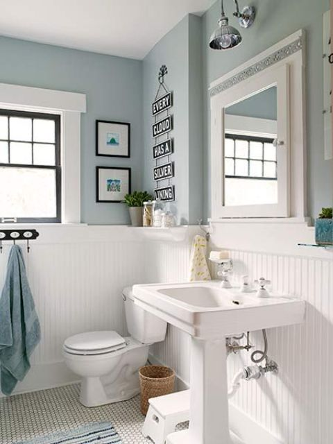 Merveilleux White Wood Panelling To Make Light Blue Bathroom More Airy