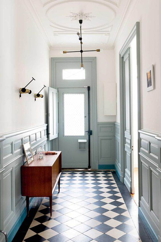 33 wainscoting ideas with pros and cons digsdigs - Deco hal binnenkomst huis ...