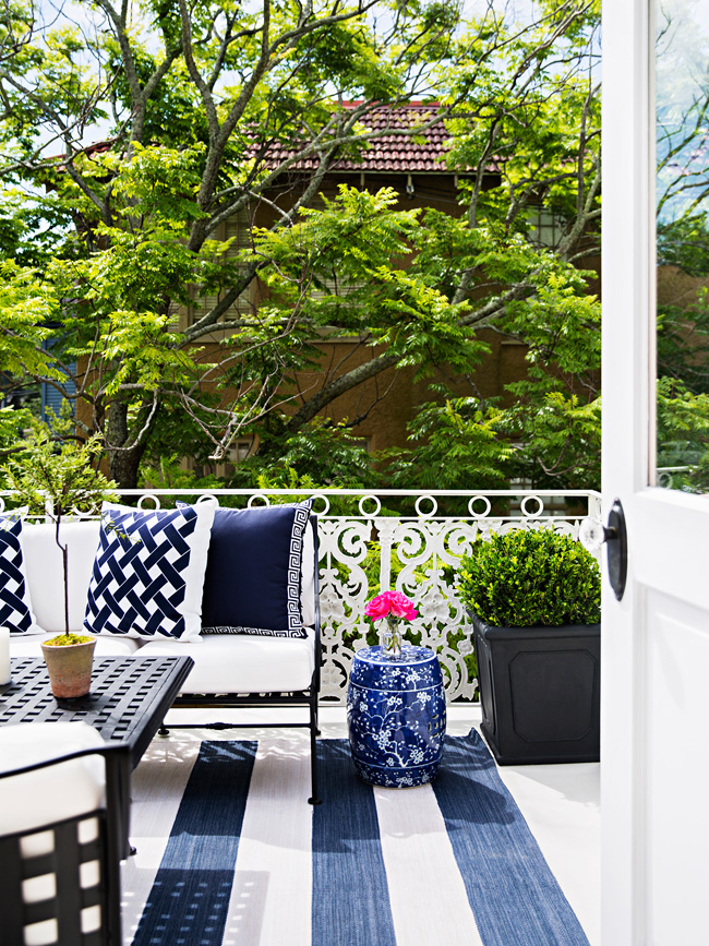 The terrace was decorated in navy and white, with a blue table that echoes with vases inside
