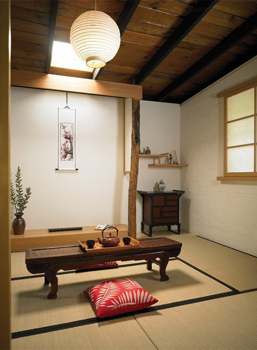 buttermlik tatami floors and white walls make a perfect backdrop for this Japanese room