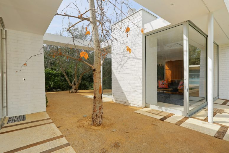 The house opens interiors to outdoors, it brings surroundings in