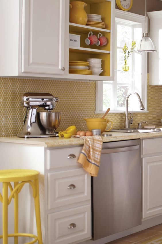 a yellow penny tile backsplash sticks to the kitchen color scheme