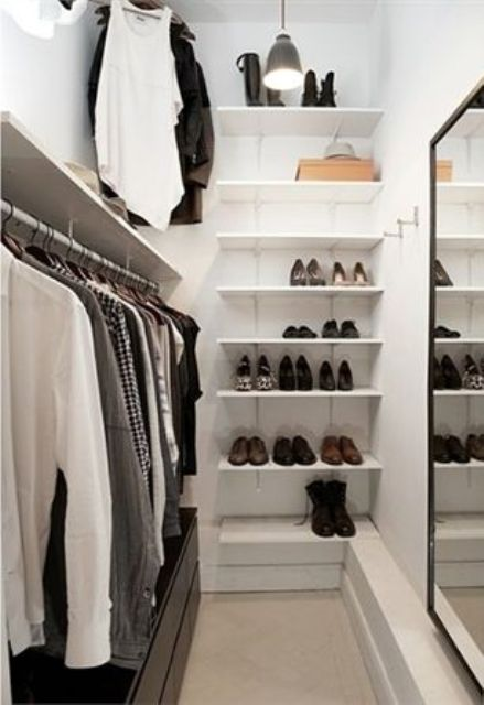 4 small walk in closet organization tips and 28 ideas digsdigs - Small closet space minimalist ...