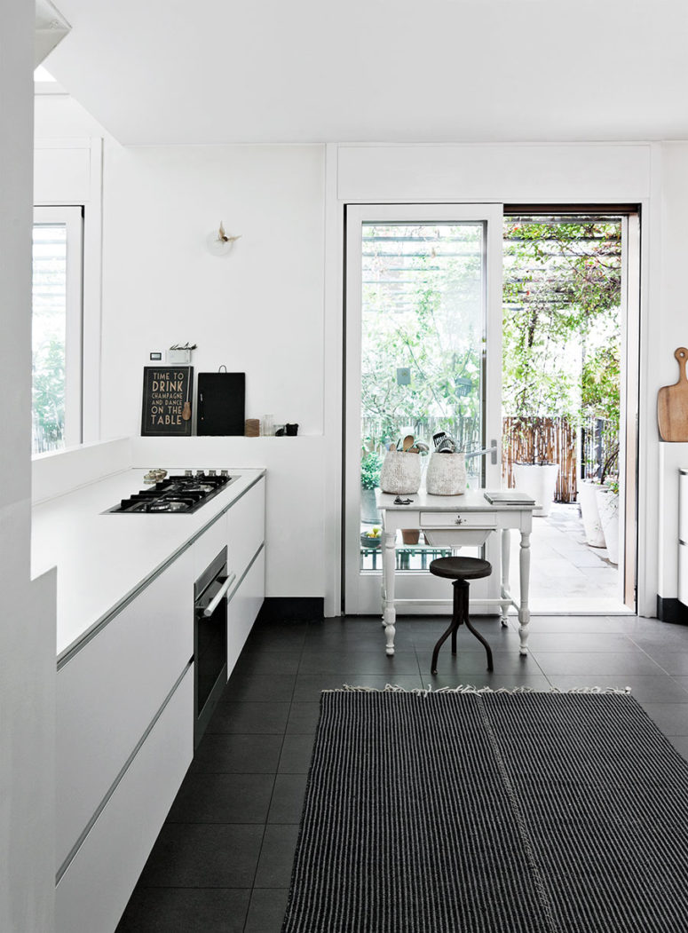 The floor in the kitchen is covered with dark tile to make it more practical and create a contrast