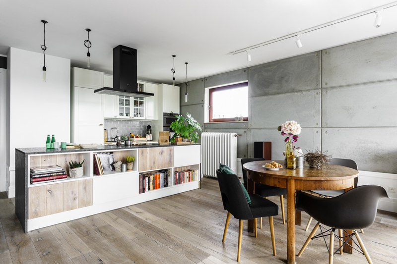 The kitchen and dining space are united in on, they are airy and cool