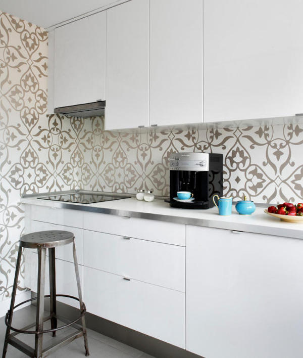 The kitchen is modern with a glam twist, which is expressed by silver patterned wallpaper