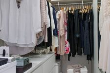 05 L-shaped leading rack for clothes, drawers on the left and a mirror on the right wall