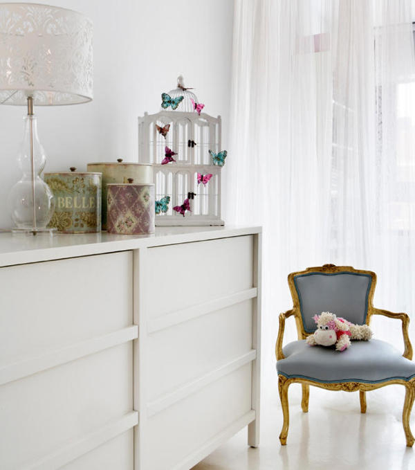 Butterflies, teddy bears and lace touches remind that it's a girl's room