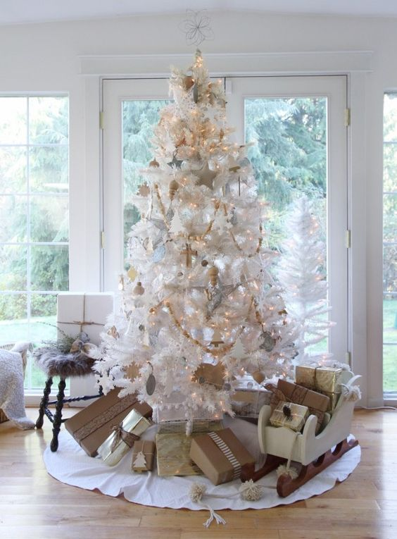 10 Chic White Christmas Tree Decor Ideas - DigsDigs
