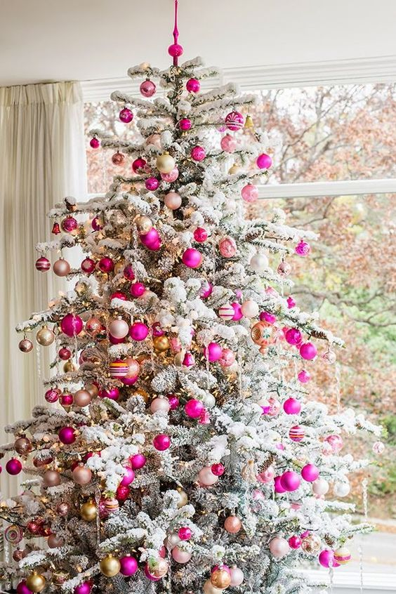 33 chic white christmas tree decor ideas digsdigs for Modern gold christmas tree