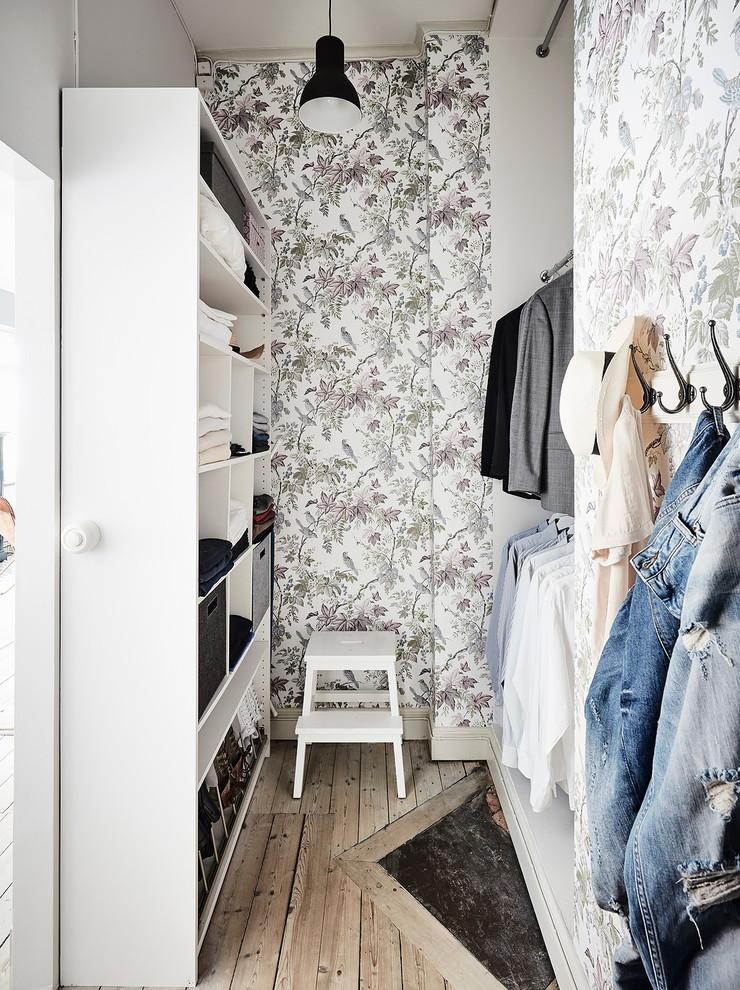 a cute botanical wallpaper turns a tiny walk-in closet into a beautiful room (Entrance Fastighetsmäkleri)