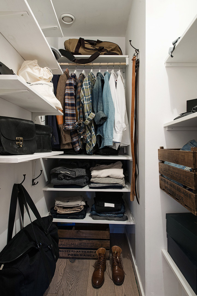 rustic crates could be used instead of plain boxes to add some style to a closet (Alvhem Mäkleri & Interiör)