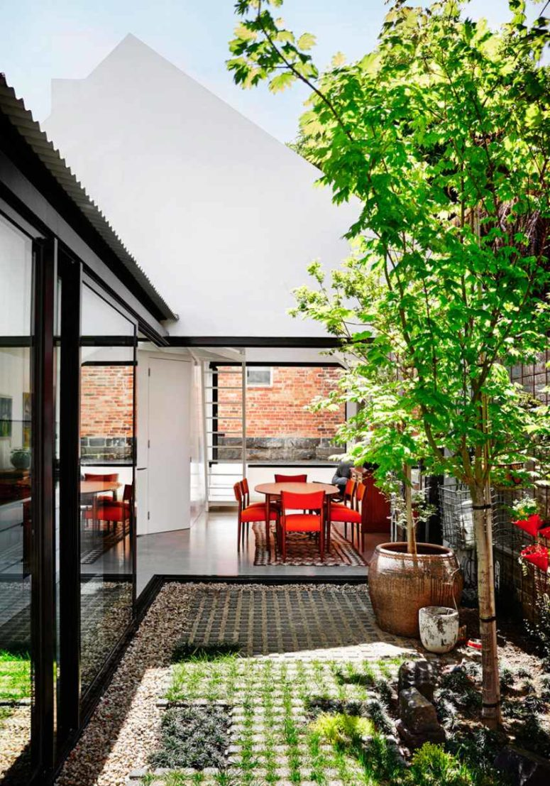 This modern and rustic Australian home is full of colors and is open to outdoors