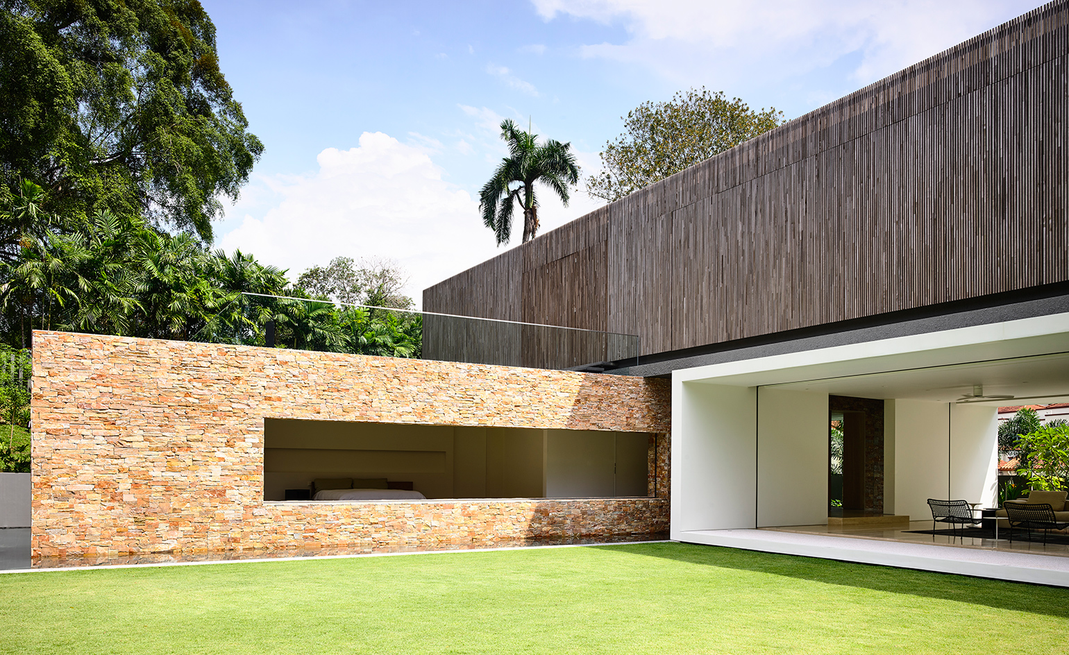 The house was designed in relation to the nature around it and taking into account the country's warm climate