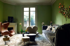 02 The living room is done in green, there are flower and leaf-shaped lamps, faux fur and velvet, bold chairs