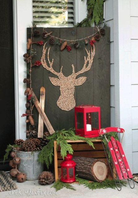38 reclaimed wood christmas d cor ideas digsdigs for Simple outside christmas lights ideas