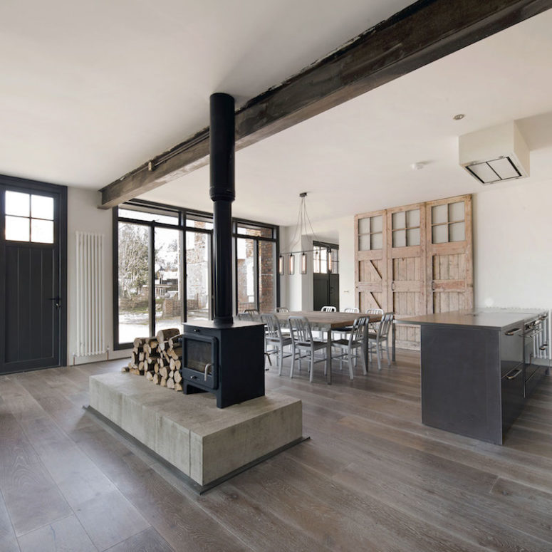 The kitchen, dining and living space are united in one open space filled with light