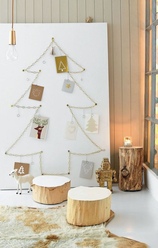 chain-shaped Christmas tree with cards hanging
