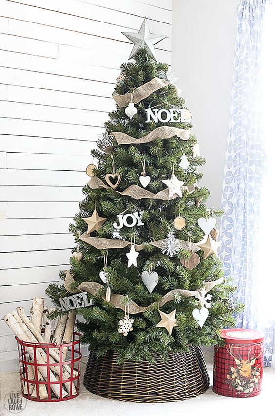 How to cover a christmas tree base 38 ideas digsdigs Sample christmas tree decorating ideas