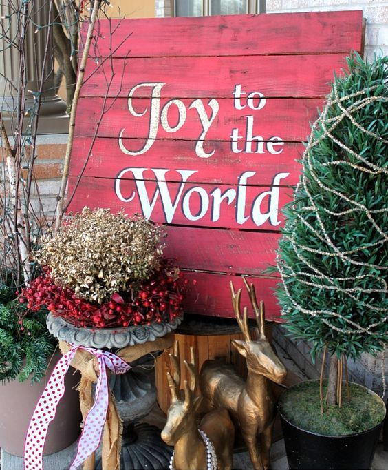 red pallet sign for outdoors - Pallet Christmas Decoration Ideas