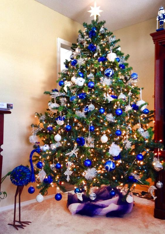 35 frosty blue and white christmas d cor ideas digsdigs for Blue gold and white christmas tree