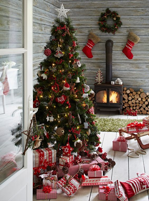 33 Cozy Red And White Christmas Décor Ideas - DigsDigs