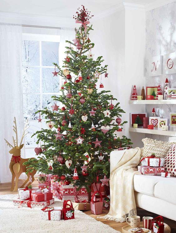 19 Scandinavian-inspired red and white Christmas tree decor is amazing