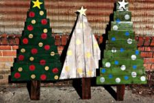 19 bold and colorful pallet Christmas trees for outdoor decor