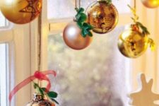 23 gilded ornaments decorated with greenery twigs