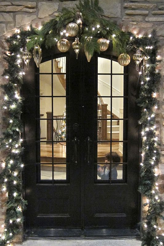 39 Christmas Door Decor Ideas That Aren T Wreaths Digsdigs