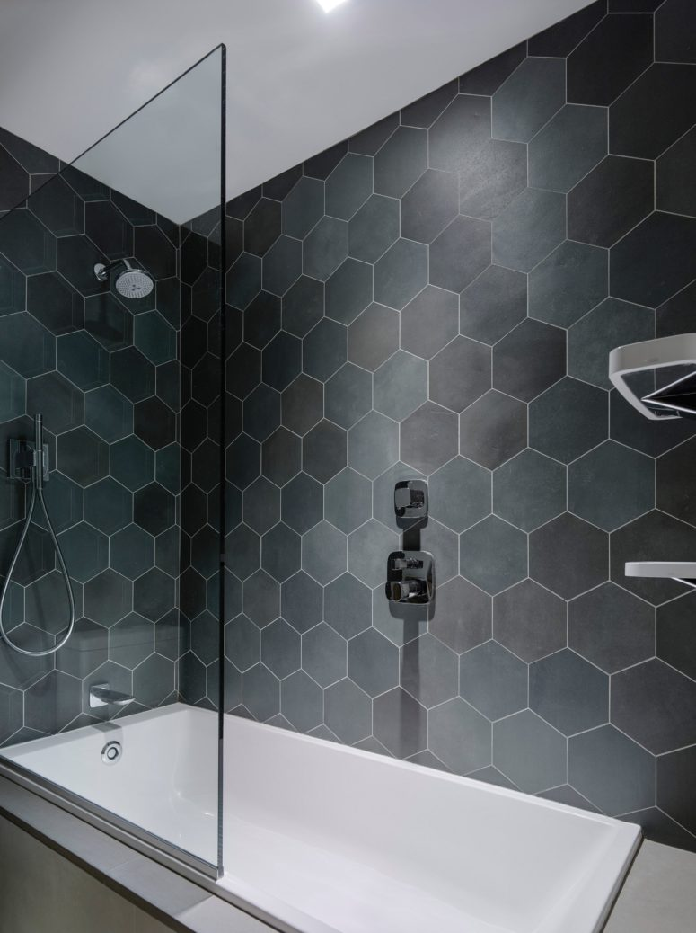 The bathroom was decorated with dark hexagon tiles, which are timeless and chic