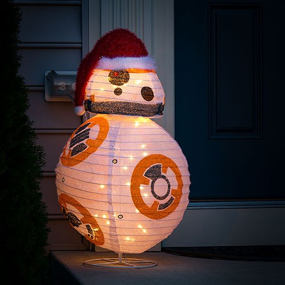 R2D2 lighted lawn decoration looks so cute