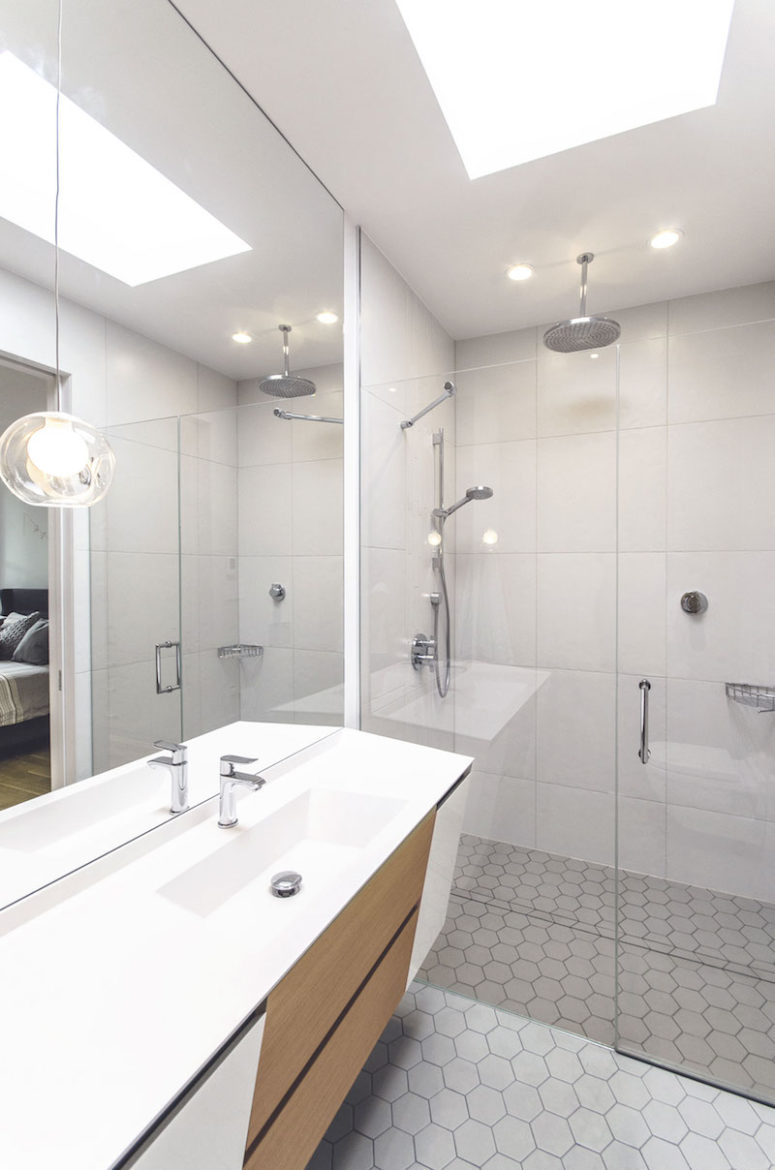 The white on the ceiling and walls makes the bathroom feel more spacious