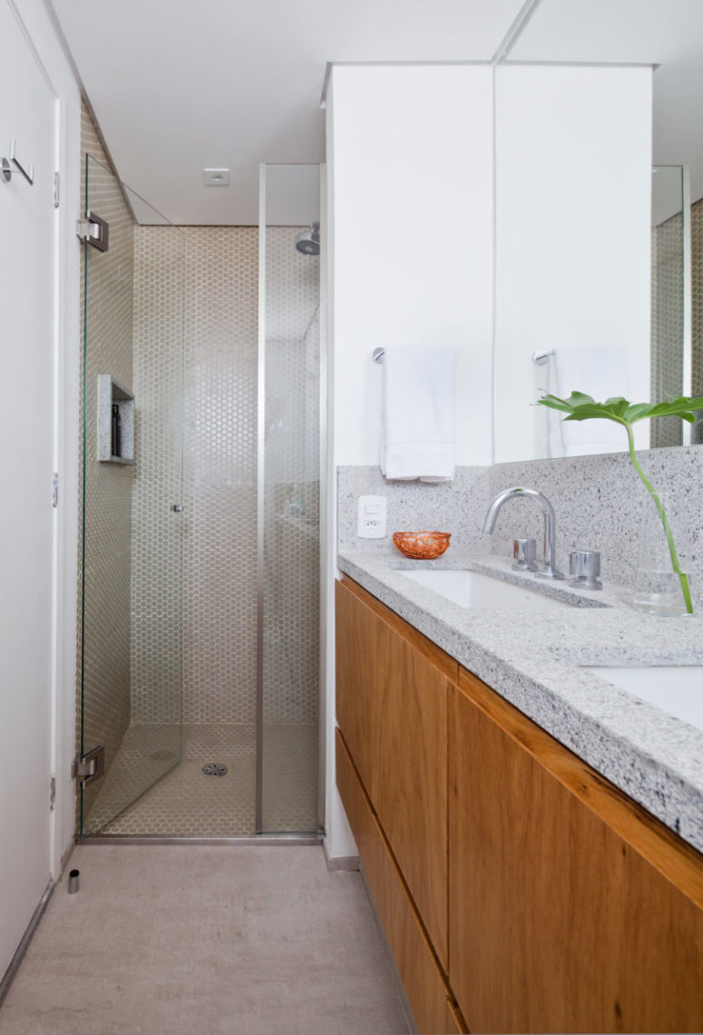 A walk-in shower and fresh green touches make it inviting