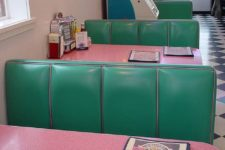 24 super colorful green and pink interior in the 60s style