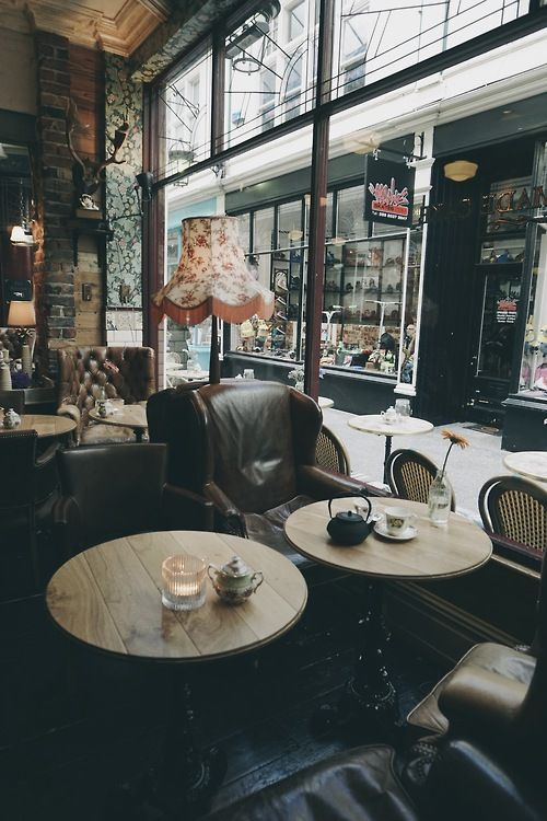 29 Retro Interior With Leather Chairs And Floor Lamps Looks Very Cozy