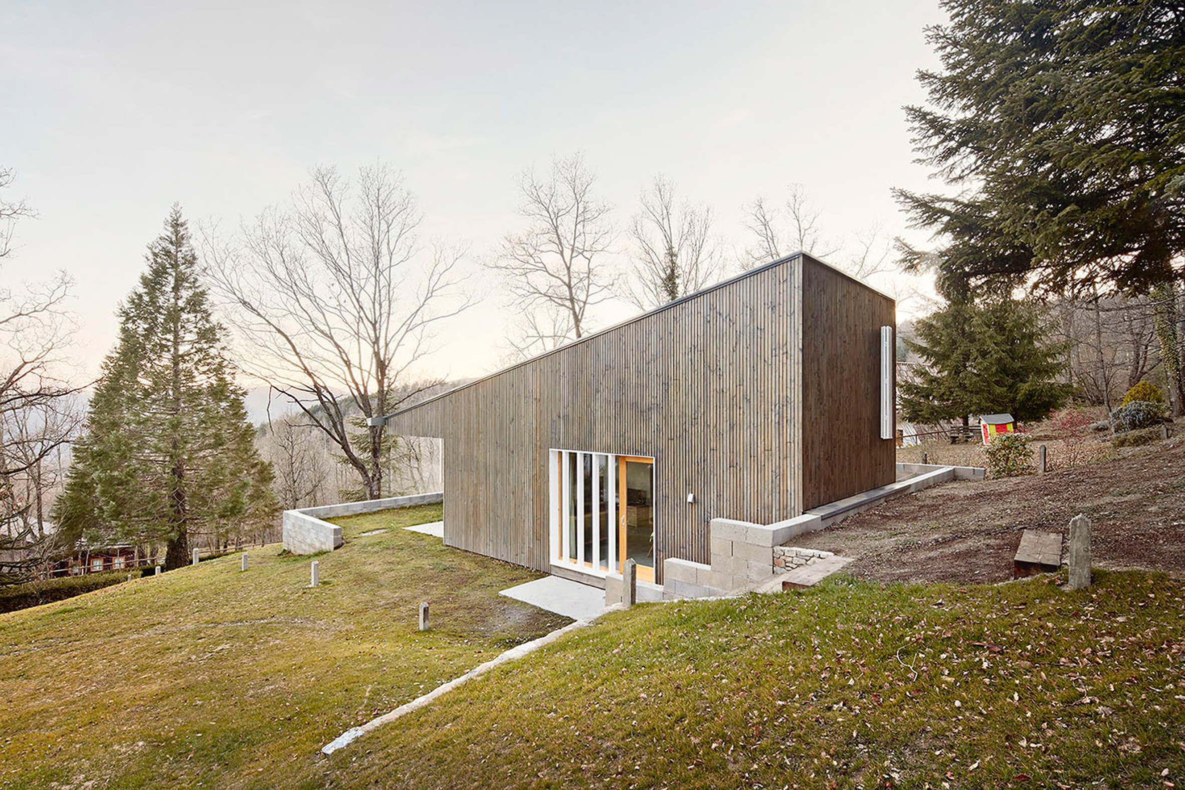 This prefab summer home in the mountains is an ideal example of a cost effective and chic home