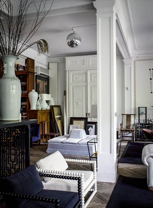 The owner left many original features like antique floors, oak panels and stucco to use them as a refined base for the interiors