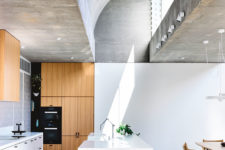 02 The vaulted skylights define the inner space and their decor and become one of the focal points