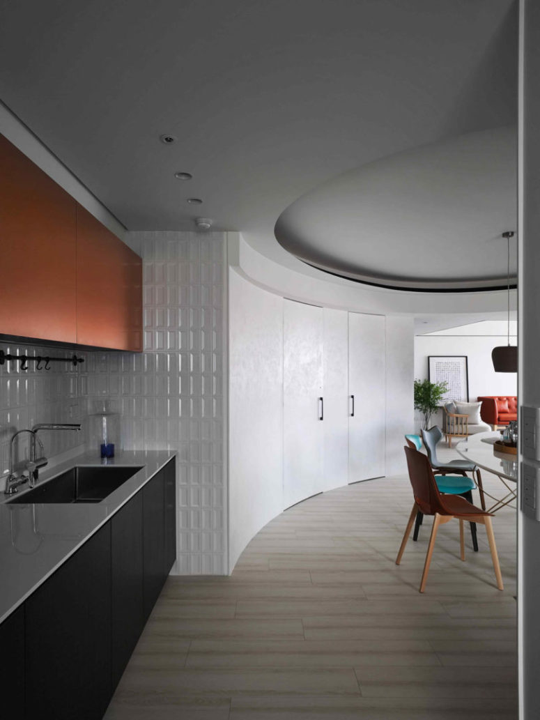The apartment decor is a bit round, which also gives it a cool twist and a modern look