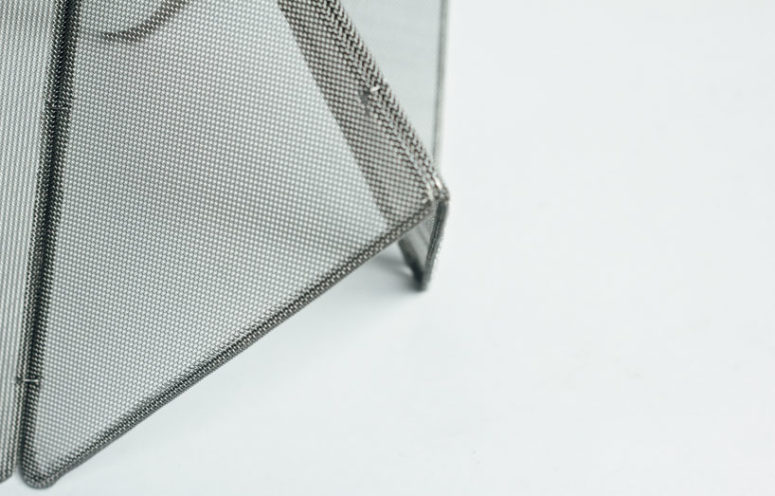 The lamp is created with elements of a sesame roaster, steel frames and a fine mesh