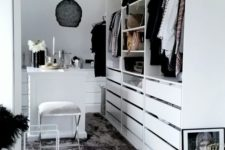06 baskets above and simple drawers underneath keep the space decluttered and comfortable in using