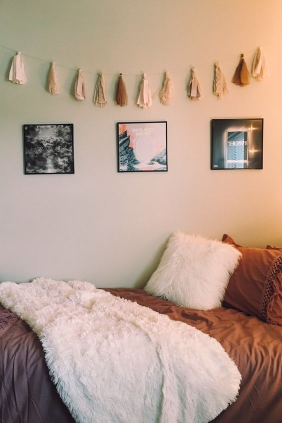 rather minimalist room decor with some textiles and wall art pieces