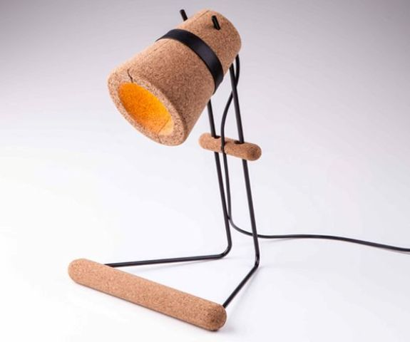 cork and black metal frame table lamp has an eye-catchy look