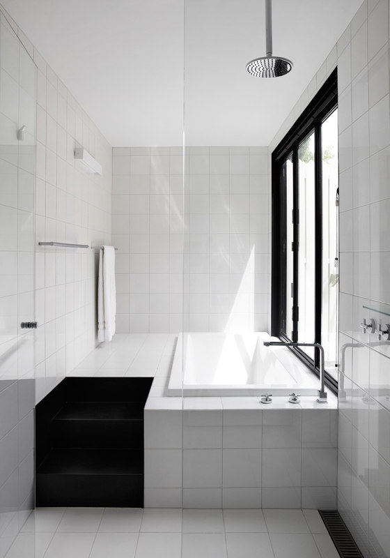 b&w bathroom