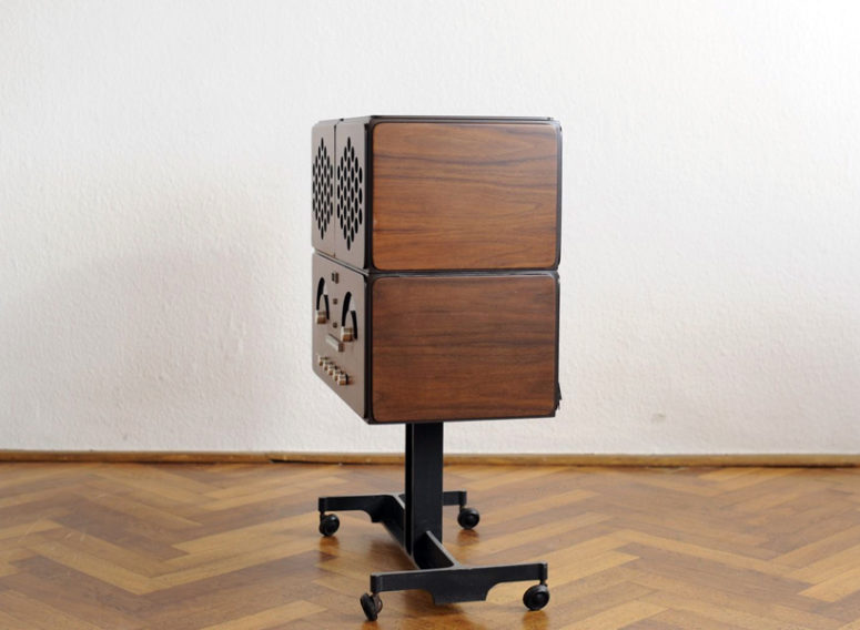 The piece has a retro design and you can listen to vinyl on it
