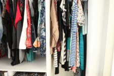 03 There are hangers for clothes, baskets for storage and drawers for accessories