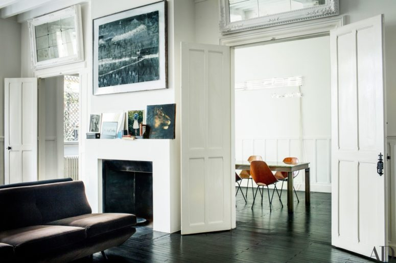 Works of art take a significant place in this townhouse decor, they create an ambience