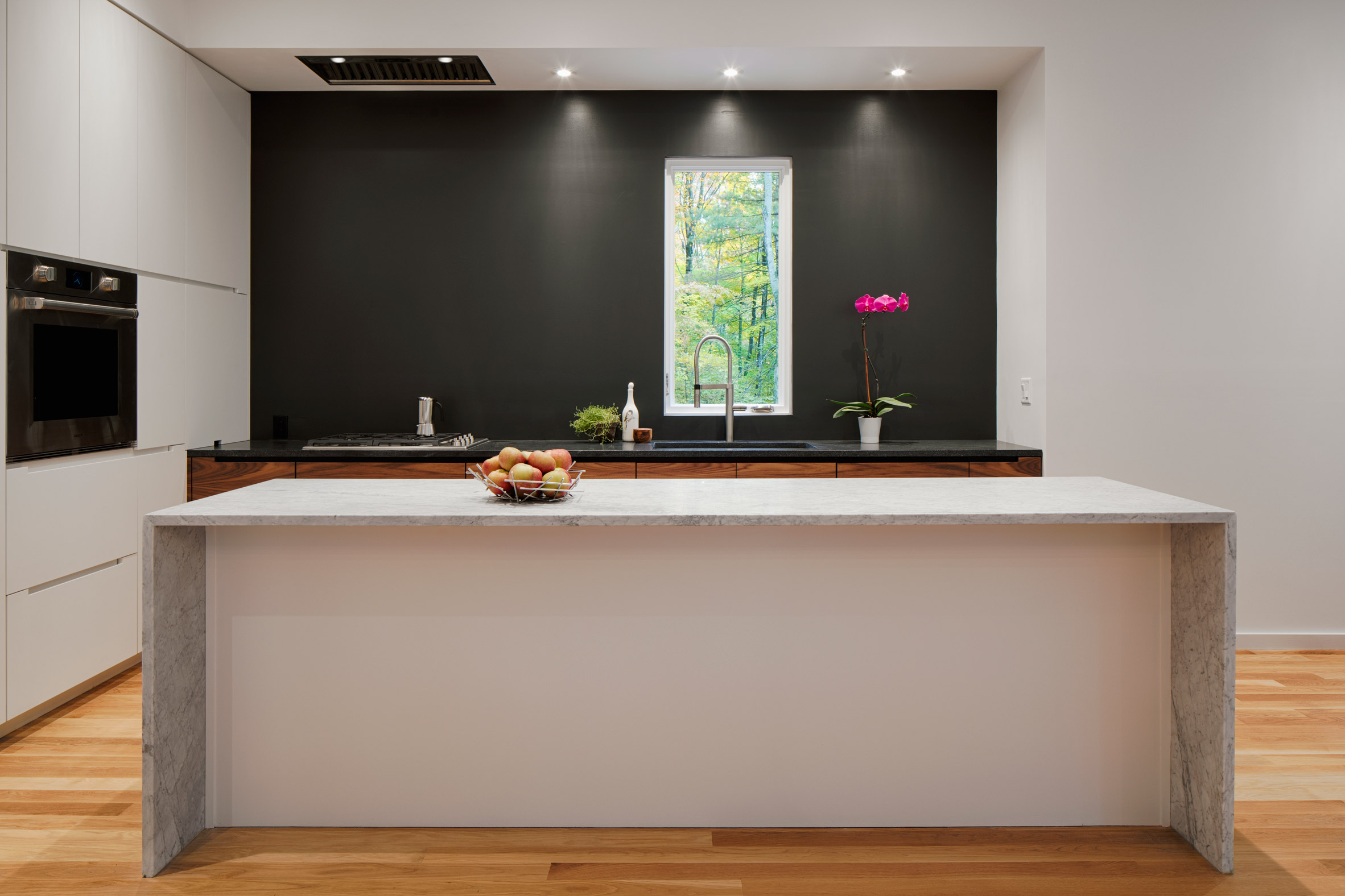 Simplicity and minimalism are two features that look laconc and stylish