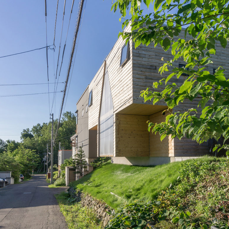 The house is located in a residential area where it is rich in nature and close to the center of Sapporo
